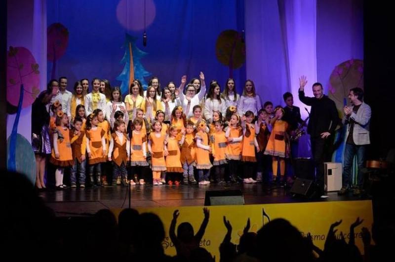 """Novogodišnji koncert """"Pahulje i suncokreti"""" hora za male i mlade Suncokreti"""